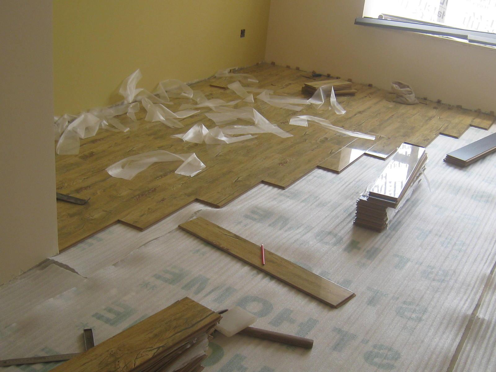 安装实木地板的方法有两种,一是直接铺设;二是先铺设地垅,再将地板铺在地垅之上。  直接铺设实木地板的话,相对来说比较节省安装费用。但由于实木地板在受潮后容易变形,而这个种类的地板购买价格较高,因此不建议大家选择这种直接铺设的安装方法。 先铺设地垅时会在缝隙之中加入碳,并且用专业的钉子固定地板,因此这个安装方法则更为普遍、安全,可以极大程度地防止地板变形。